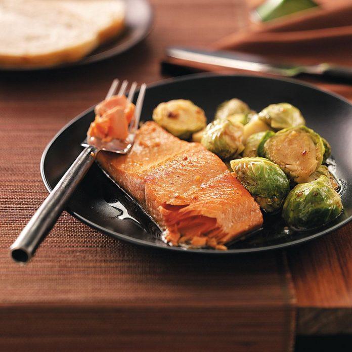 Глазированный лосось с брюссельской капустой на двоих