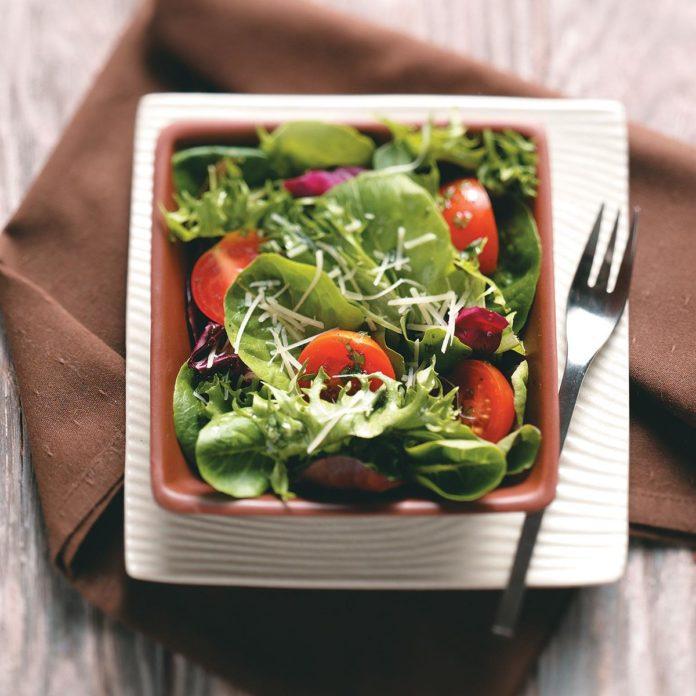 Зеленый салат с соусом Винегрет на двоих