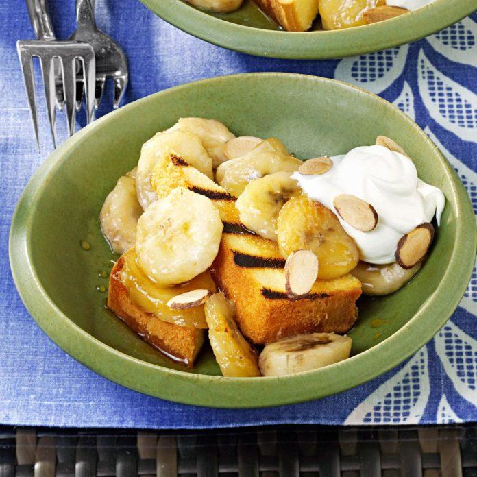 Жареный фунт торт с теплыми бананами амаретто