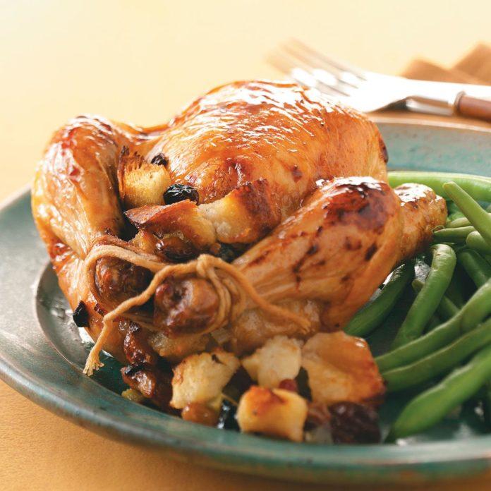 Курица с медовой глазурью и фруктовой начинкой для двоих