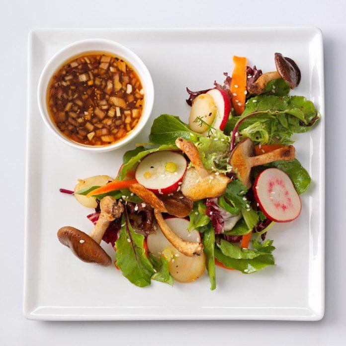 Салат из шиитаке с кунжутно-имбирным винегретом