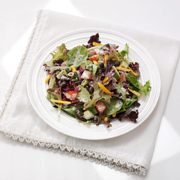 Юго-западный салат из черной фасоли и салата с соусом сальса-верде